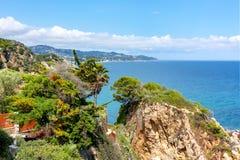 Costa Brava kustlinje som ses fr?n den Marimurtra botaniska tr?dg?rden i Blanes, Spanien fotografering för bildbyråer