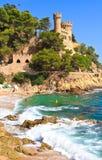 COSTA BRAVA, SPANIEN, 2012: Strand mit Schloss im Hintergrund Stockbild