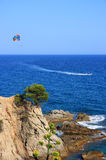 Costa Brava (Spanje) met parasailer Stock Afbeelding