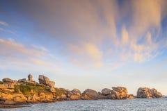 Costa Brittany France do granito do rosa do farol de Ploumanach Foto de Stock Royalty Free