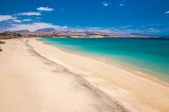 Costa Calma piaskowata plaża z vulcanic górami na Jandia półwysepie, Fuerteventura wyspa, wyspy kanaryjska, Hiszpania Obrazy Stock