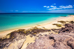 Costa Calma piaskowata plaża z vulcanic górami w tle, Jandia, Fuerteventura wyspa, wyspy kanaryjska, Hiszpania Zdjęcie Royalty Free