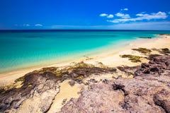 Costa Calma sandig strand med vulcanic berg i bakgrunden, Jandia, Fuerteventura ö, kanariefågelöar, Spanien Royaltyfri Foto