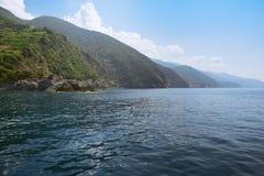 Costa Cinque Terre Vista dos cinco montes rochosos, em que você encontrou cinco vilas Vista de Monterosso naturalizado fotografia de stock royalty free