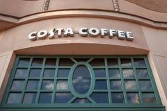 Costa Coffee Logo auf ihrem Hauptshop und Kaffeehaus in Szeged Costa Coffee ist eine britische multinationale Caféfirma lizenzfreies stockfoto