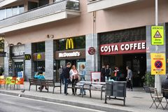Costa Coffee och McDonalds i Barcelona Royaltyfria Bilder