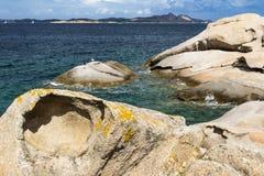"""Costa costa colorida y Isola Caprera del granito con el †""""Baia Cerdeña, Costa Smerelda, Cerdeña, Italia del cielo azul imágenes de archivo libres de regalías"""