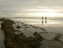 A costa com dois povos Fotos de Stock Royalty Free