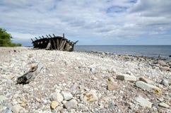 Costa com shipwreck de madeira Foto de Stock