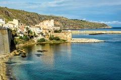 Costa costa con aguas azules cristalinas bajo los cielos azules y wh Fotografía de archivo libre de regalías