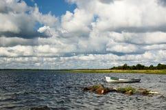 Costa con un barco Imagen de archivo