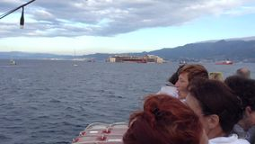 Costa Concordia, aankomst bij de haven van Genua stock footage