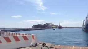 Costa Concordia, aankomst bij de haven van Genua stock videobeelden