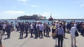 Costa Concordia ankomst på porten av Genua stock video