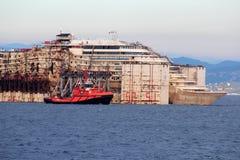 Costa Concordia, viaje del mar y llegada en el puerto de Genoa Voltri Fotos de archivo libres de regalías