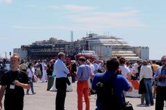 Costa Concordia, viaje del mar y llegada en el puerto de Genoa Voltri Foto de archivo