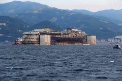 Costa Concordia, viaje del mar y llegada en el puerto de Genoa Voltri Fotografía de archivo