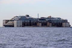 Costa Concordia, viaje del mar y llegada en el puerto de Genoa Voltri Imágenes de archivo libres de regalías