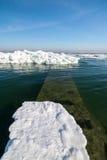 Costa congelada del océano del hielo - invierno polar Fotos de archivo