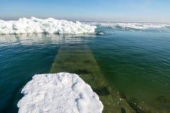 Costa congelada del océano del hielo - invierno polar Imágenes de archivo libres de regalías