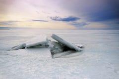 Costa congelada do Golfo da Finlândia no gelo como o fundo fotos de stock