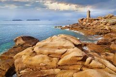 Costa cor-de-rosa do granito. Brittany, França imagem de stock