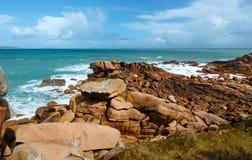 A costa cor-de-rosa do granito (Brittany, França) Fotografia de Stock Royalty Free