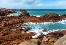 A costa cor-de-rosa do granito (Brittany, França) Fotografia de Stock