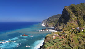 Costa costa cerca de Santana Madeira, Portugal Foto de archivo libre de regalías