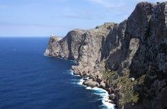 Costa costa con del faro formato SIN PROCESAR lejos - Fotografía de archivo libre de regalías