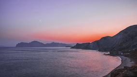 Costa costa con el cielo de la pendiente y rocas después de la puesta del sol Fotografía de archivo libre de regalías
