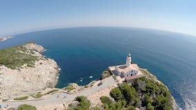 Costa costa con el faro - vuelo aéreo, Mallorca de Cala Rajada almacen de video