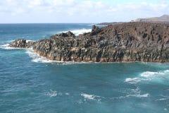 Costa costa con el volcán en la isla Lanzarote en España Fotos de archivo