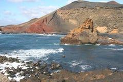 Costa costa con el volcán en la isla Lanzarote en España Foto de archivo libre de regalías