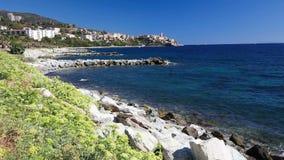 Costa costa con la ciudad histórica de Bastia en Córcega, Francia almacen de video