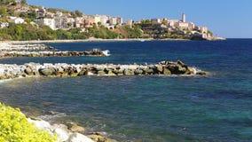 Costa costa con la ciudad histórica de Bastia en Córcega, Francia metrajes