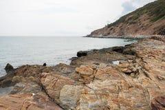Costa costa con la vista del cabo de la montaña Imágenes de archivo libres de regalías