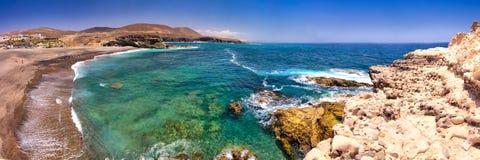 Costa costa de Ajuy con las montañas vulcanic en la isla de Fuerteventura, islas Canarias, España imagen de archivo libre de regalías