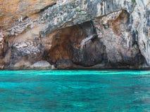 Costa costa de Cerdeña: Las rocas y los acantilados acercan al mar, Italia Foto de archivo libre de regalías