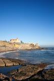 Costa costa de Estoril por el Océano Atlántico en Portugal Imagen de archivo libre de regalías