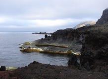 Costa costa de la isla de enero Mayen imagenes de archivo