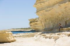 Costa costa de Malta, formaciones de roca naturales y una muchacha del adolescente Fotos de archivo libres de regalías
