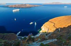 Costa costa de Oia, Santorini, Cícladas, Grecia visión desde la cumbre y mirada abajo al Mar Egeo Fotografía de archivo