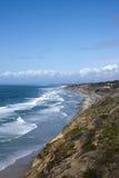 Costa costa de San Diego con las ondas del Océano Pacífico Foto de archivo libre de regalías