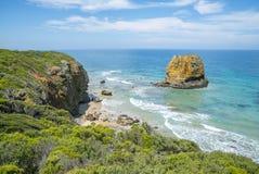 Costa costa de una playa rocosa a lo largo del gran camino del océano, Victoria Imágenes de archivo libres de regalías