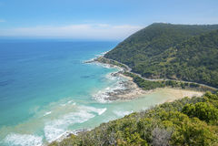 Costa costa de una playa rocosa a lo largo del gran camino del océano, Victoria Foto de archivo