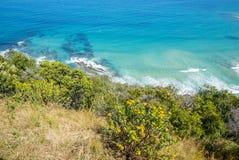 Costa costa de una playa rocosa a lo largo del gran camino del océano, Victoria Imagen de archivo libre de regalías