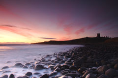 Costa costa del castillo de Dunstanburgh Fotografía de archivo libre de regalías