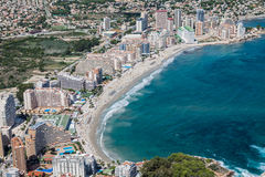 Costa costa del centro turístico mediterráneo Calpe, España con el mar y el lago Fotografía de archivo