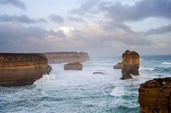 Costa costa dentada con el mar agitado Imagen de archivo